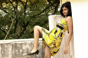 samantha-in-yellow-old-photoshoot-no-watermark-10